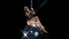VMAs 2020: Miley Cyrus bùng nổ, tái hiện khoảnh khắc 'Wrecking Ball' kinh điển
