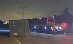 Xe đầu kéo 'làm xiếc' trong đêm, thùng container văng xuống đường