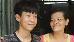 Bên người mẹ tâm thần, cậu bé 17 ước mơ được đi học để làm bác sĩ
