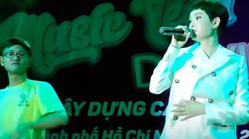 Hiền Hồ vướng nghi vấn hát nhép trên sân khấu, sự cố năm xưa của Bích Phương cũng được dân mạng 'đào' lại