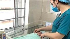 Bé sơ sinh bị bỏ rơi trong khe tường giữa 2 nhà ở Hà Nội sắp được xuất viện