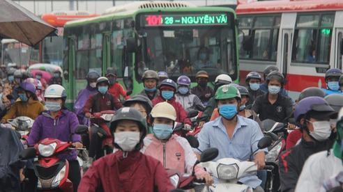 ẢNH: Hàng ngàn người dân đội mưa, lội nước về miền Tây nghỉ lễ 2/9 khiến quốc lộ 1A ùn tắc