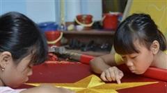 Gia đình 3 thế hệ làm cờ Tổ quốc tất bật trước ngày Quốc khánh 2/9