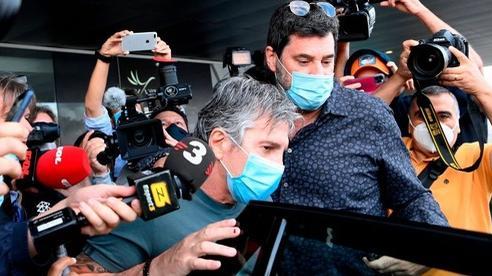 Cha của Messi bị vây kín khi tới Barcelona bàn về tương lai con trai, liên tục nói: 'Tôi không biết gì cả'