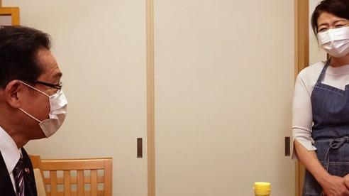 Ứng viên sáng giá vào vị trí thủ tướng Nhật Bản bị chỉ trích sau bức hình chụp vợ như 'người giúp việc'