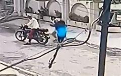 Bị giật điện thoại trên đường, nữ sinh tay không dũng cảm chống trả 2 tên cướp cầm hung khí