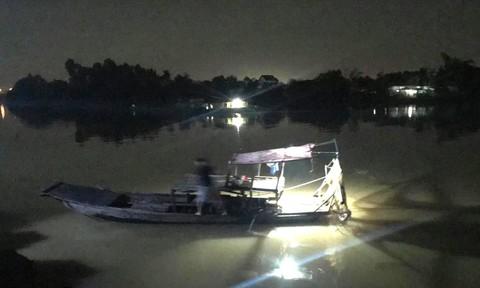 Trắng đêm tìm kiếm bé trai ngã sông Đồng Nai mất tích