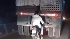 Góc tiết kiệm nhiên liệu: Người đàn ông 'thong dong' núp gió, bám đuôi xe tải ở tốc độ cao