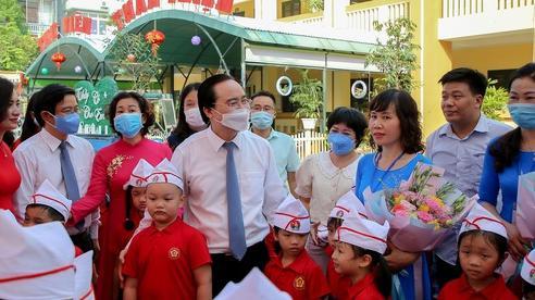 Bộ trưởng Phùng Xuân Nhạ tặng phòng máy vi tính cho trường tiểu học tại Hà Nội