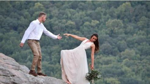 Cô dâu liều lĩnh treo mình trên vách đá gần 600 mét để chụp ảnh cưới