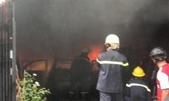 TPHCM: Cháy lớn tại kho hàng, 1 ôtô cùng nhiều tài sản bị thiêu rụi
