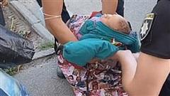 Người phụ nữ vừa xách chiếc túi vừa hát ru trông kỳ cục, người qua đường thấy lạ vội vàng báo cảnh sát và phát hiện sự thật gây sốc