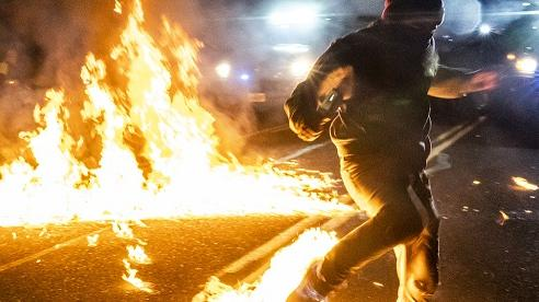 Chùm ảnh: Ngày biểu tình thứ 100 trong 'bạo lực và hỗn loạn' tại Mỹ