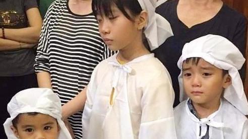 Quặn lòng nhìn 3 đứa trẻ đội khăn tang đứng thất thần bên di ảnh mẹ, tương lai mờ mịt khi bố đã có gia đình mới