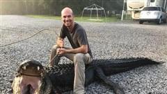 Khoảnh khắc thợ săn tay không chiến đấu với cá sấu khổng lồ