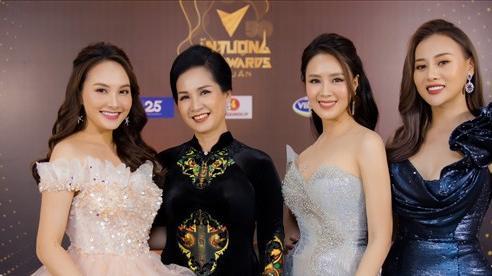 Hồng Diễm, Phương Oanh hết lời khen ngợi 'mẹ chồng' Lan Hương tại Lễ trao giải VTV Awards