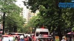 Hà Nội mưa tầm tã, nhiều tuyến phố ùn tắc kinh hoàng, dân công sở 'chôn chân' hàng giờ chưa thể đến chỗ làm