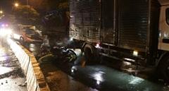 Ô tô 7 chỗ lao vào đám đông dừng đèn đỏ, 3 người bị thương