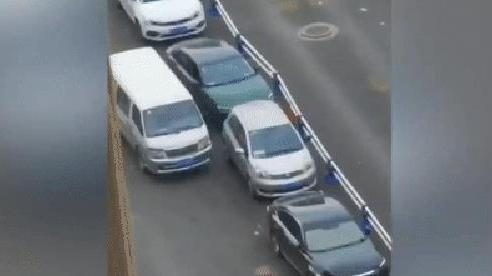 Bị quây tứ phía, pha xử lý thoát khỏi vòng vây của chủ xe sedan khiến nhiều người không khỏi kinh ngạc