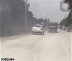 Tin tai nạn giao thông mới nhất ngày 9/9/2020: Bị truy đuổi, xe ben nghi gắn biển đỏ giả đổ đá xuống đường ngăn CSGT