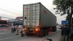 Bình Dương: Nam sinh lớp 9 bị xe container cán tử vong khi đang qua đường