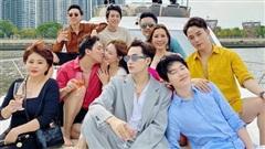 Hội bạn thân 'chanh sả' trên du thuyền, Trấn Thành - Hari Won chiếm spotlight với màn khoá môi khiến hội FA nhìn mà 'tức'