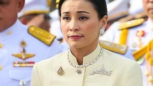 Hoàng hậu xinh đẹp kém Vua Thái Lan 25 tuổi: Cựu tiếp viên hàng không từng được thăng cấp bậc Thiếu tướng