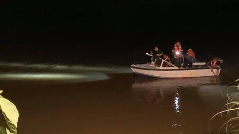Phát hiện đôi giày trên cầu, tổ chức tìm kiếm thấy thi thể nữ sinh 17 tuổi dưới sông