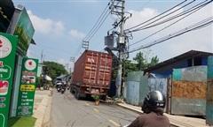 Container va trúng máy biến áp gây nổ, nhiều hộ dân ở Sài Gòn mất điện