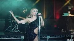 Miley Cyrus diện đầm cắt xẻ táo bạo của Công Trí trong show trực tiếp