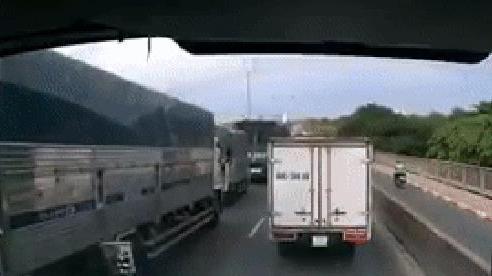 Container đâm liên hoàn trên cầu Phú Mỹ, cư dân mạng gọi tên: 'Chiếc xe bon chen nhất năm'