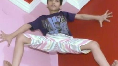 Sửng sốt với khả năng của 'Người nhện' 7 tuổi Ấn Độ