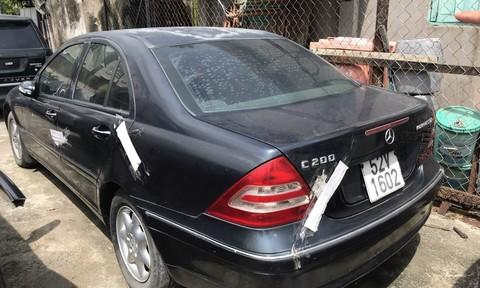 TPHCM: Tìm chủ nhân chiếc Mercedes C200 bị 'vứt bỏ' ngoài đường