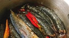 Kỹ thuật kho cá 3 lửa: Nghe lạ đời nhưng thành quả lại ngon nức nở, cá không tanh, đậm đà, thơm bùi, để cả tháng vẫn không sợ hỏng
