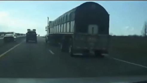 Xin vượt bất thành, tài xế xe con cho 2 lái xe tải nhận cái kết đắng