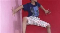 Cậu bé 7 tuổi dùng tay không leo tường chẳng thua kém Người Nhện