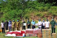 Tặng quà các đơn vị và nhân dân nước bạn Lào