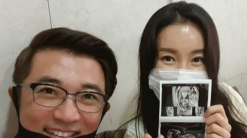 Hôn nhân hạnh phúc của tài tử Ahn Jae Wook với vợ kém 9 tuổi