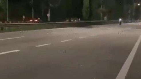 Trổ tài bốc đầu: Nam thanh niên lộn nhiều vòng, xe máy trượt dài lóe sáng cả mặt đường