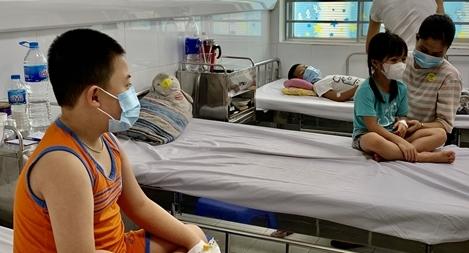 Nhiều bệnh nhi sốt xuất huyết biến chứng phải nhập viện