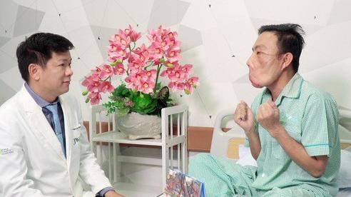 Đại phẫu lần 2, bác sĩ hứa đưa chàng trai 'mặt quỷ' uống cà phê