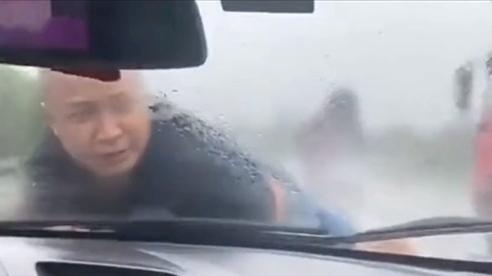 Vợ cũ hất chồng lên nắp ca-pô phóng 20 km trên cao tốc