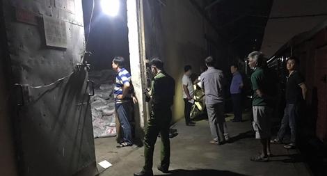 Hàng chục tấn phân vô cơ đổ sập đè chết 2 công nhân, 1 người nguy kịch