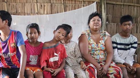 Bố bỏ đi không về, 5 đứa trẻ mờ mịt tương lai trong căn chòi rách nát