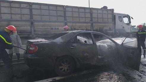 Hà Nội: Xe Camry bốc cháy dữ dội, 4 người may mắn thoát chết
