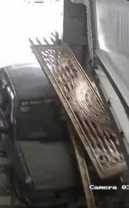 Clip: Xe tập lái húc đổ cánh cổng nhà dân, làm bục luôn đường ống nước