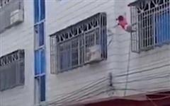 Khoảnh khắc đám đông giăng chăn đỡ bé gái ngã từ cửa sổ tầng 3
