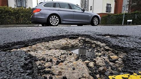 'Điểm mặt' những bộ phận của xe ô tô dễ bị hư hại khi đi trên đường có nhiều ổ gà