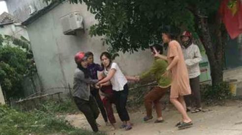 Người phụ nữ bị đánh, lột đồ: Con trai van xin