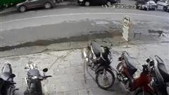 Clip: Va chạm với ô tô con đang nhập làn, xe Mazda lật ngửa giữa đường